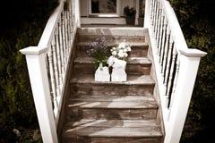 Fleurs sur le vieil escalier Photographie stock libre de droits