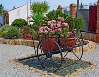 Fleurs sur un chariot Photos stock