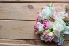 Fleurs sur un fond en bois Photo libre de droits