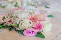 Fleurs sur un fond en bois Images libres de droits