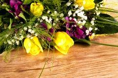 Fleurs sur un fond en bois Photographie stock libre de droits