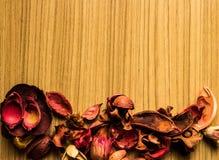 Fleurs sur un plancher brun en bois images libres de droits