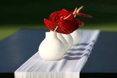 Fleurs sur une table photo stock