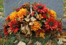 Fleurs sur une tombe Photographie stock
