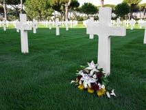 Fleurs sur une tombe du cimetière militaire américain dans Nettuno photo stock