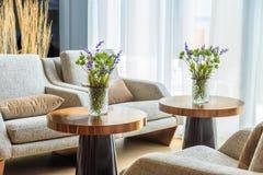 Fleurs vertes et fleurs pourpres dans le vase sur la table dans la vie photo libre de droits