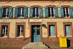 Fleury la Foret Frankrike - marsch 15 2016: gammal stolpe - kontor Royaltyfria Foton