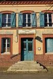 Fleury la Foret Frankrike - marsch 15 2016: gammal stolpe - kontor Arkivbild