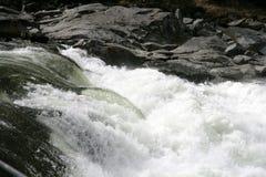 Fleuve avec la cascade à écriture ligne par ligne Images stock