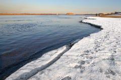 Fleuve bleu et glace blanche. Images libres de droits