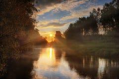 Fleuve brumeux de coucher du soleil de la Russie photos stock