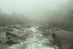 Fleuve brumeux de montagne Image libre de droits