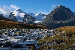 Fleuve clair et mountains-01 Image libre de droits
