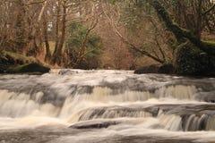 Fleuve courant rapide dans l'automne tardif Photographie stock libre de droits