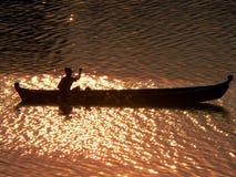 Fleuve d'Irrawaddy de Canoeist de coucher du soleil Photographie stock