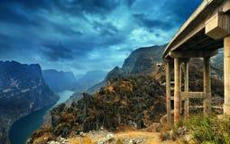 Fleuve dans la montagne photos stock