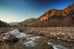 Fleuve dans les montagnes photos stock