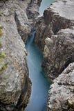 Fleuve dans les roches Photos stock