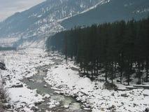 Fleuve de Beas rayé par neige près de Manali Inde Image libre de droits