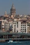 Fleuve de Bosphorus et tour de Galata Image stock