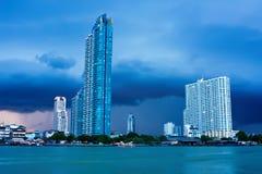 Fleuve de Chao Phraya en pleuvant le jour à Bangkok Images libres de droits