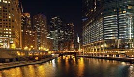 Fleuve de Chicago la nuit Photos stock