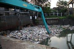 Fleuve de Ciliwung de nettoyage Photo stock