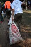 Fleuve de Ciliwung de nettoyage Photos stock