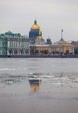 fleuve de flottement de glace de ville Photographie stock libre de droits
