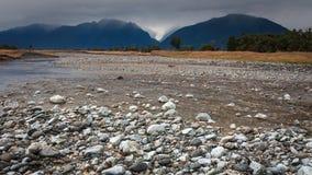 Fleuve de glacier de Fox avec le plan de roche Photos stock