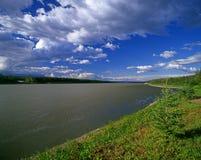 Fleuve de Liard dans les Territoires du nord-ouest, Canada photos stock