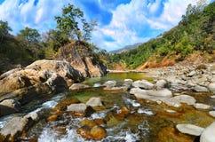 Fleuve de montagne en Himalaya Image stock