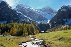 Fleuve de montagne pendant l'automne Photos stock