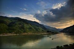 fleuve de montagnes photos libres de droits
