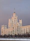 fleuve de Moscou de maison de rapport grand Photographie stock