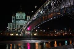 Fleuve de Moscou de nuit et la cathédrale Photo stock