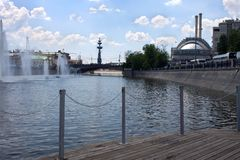 Fleuve de Moscou Fontaines sur la rivière de Moscou près du remblai de Bolotnaya images libres de droits