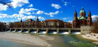 Fleuve de Munich - d'Isar et église de rue Lukas Photos libres de droits