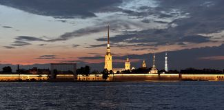 Fleuve de Neva la nuit à St Petersburg, Russie Photos stock