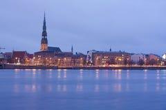 Fleuve de nuit dans la ville Photo libre de droits