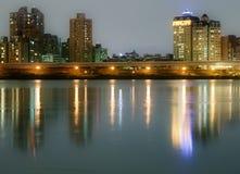 fleuve de nuit de ville Photographie stock