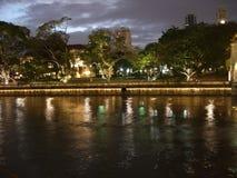 Fleuve de Singapour par la soirée Image stock