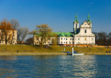 Fleuve de Vistula et église de rue Stanislaus, Cracovie Photo stock