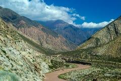 Fleuve entouré par des montagnes photos libres de droits