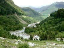 Fleuve entre les montagnes Images libres de droits
