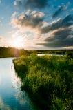 Fleuve et cordon avec la scène d'herbe Photographie stock libre de droits