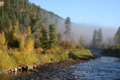Fleuve et feuillage mystiques d'automne Image libre de droits