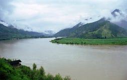 Fleuve et la montagne Images libres de droits