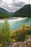 Fleuve et montagnes de turquoise. Photos stock