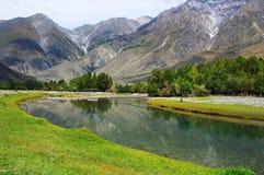 Fleuve et montagnes de turquoise Photo stock